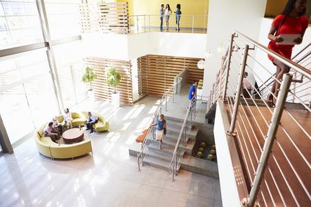 사람들과 현대 오피스 빌딩의 리셉션 지역 스톡 콘텐츠