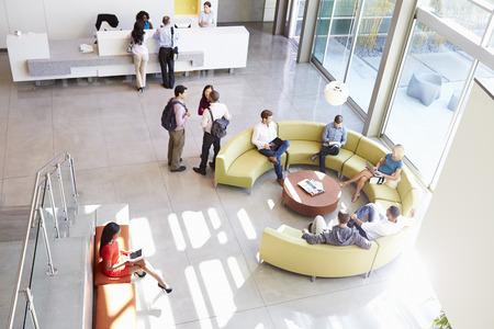 사람들과 현대 오피스 빌딩의 수신 영역
