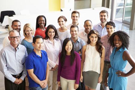 Portret van een multi-culturele Office Staff Standing In Lobby Stockfoto