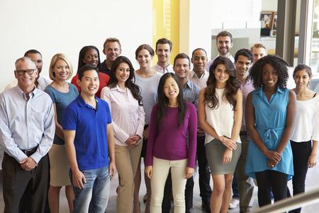 empleados trabajando: Retrato de Multi-Cultural Personal de la Oficina permanente en el vestíbulo