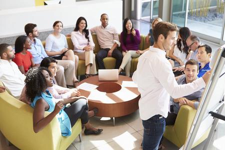 reunion de personas: Hombre de negocios haciendo Colegas Presentaci�n Para Oficina