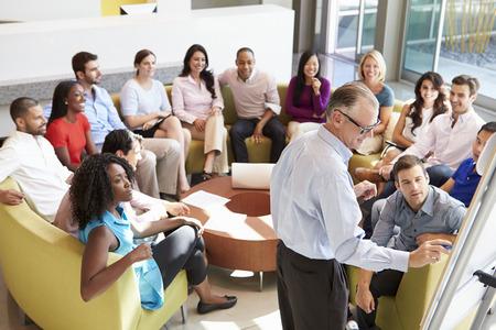 ötletroham: Üzletember így bemutató közben irodai munkatársak Stock fotó