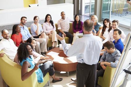 Üzletember így bemutató közben irodai munkatársak Stock fotó