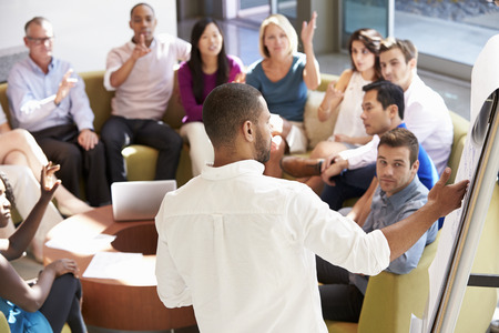 lluvia de ideas: Hombre de negocios haciendo Colegas Presentación Para Oficina