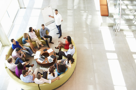 oficina: Hombre de negocios haciendo Colegas Presentación Para Oficina