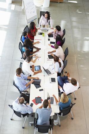 verticales: Empresaria Abordar Reunión Alrededor de juntas Tabla Foto de archivo