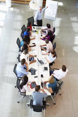 Zakenman Het aanpakken van Meeting Rond Boardroom Tafel