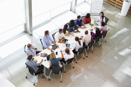 実業家の会議テーブルを囲んでの会議に対応 写真素材