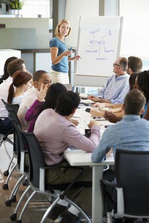 Zakenvrouw Het aanpakken van Meeting Rond Boardroom Tafel
