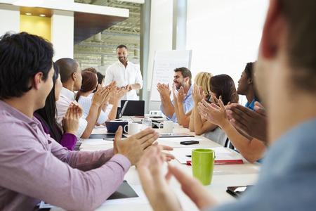 aplaudiendo: Empresario Abordar Reuni�n Alrededor de juntas Tabla