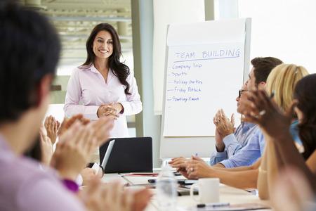 aplaudiendo: Empresaria Abordar Reunión Alrededor de juntas Tabla Foto de archivo
