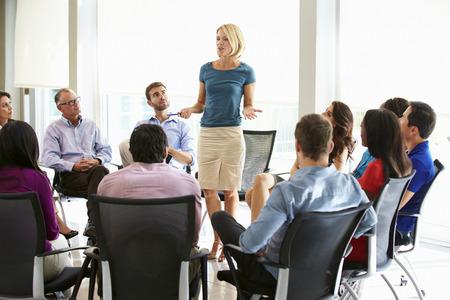 Geschäftsfrau Adressierung Multi-Kulturbüro Staff Meeting Standard-Bild - 31047572