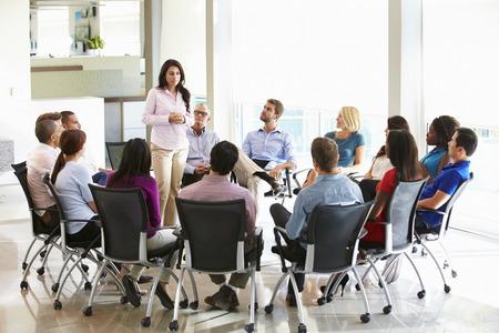 Zakenvrouw Het aanpakken van Multi-Culturele Office Staff Meeting Stockfoto
