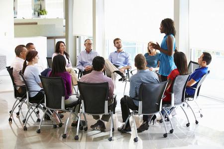 Zakenvrouw aanpakken Multi-Culturele Office Staff Meeting