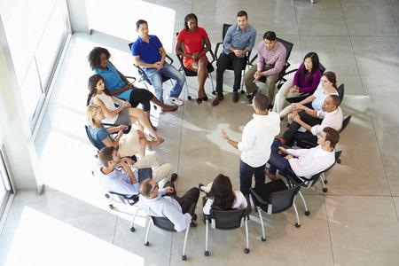 gente sentada: Empresario Abordar Multi-Cultural Encuentro Personal Oficina