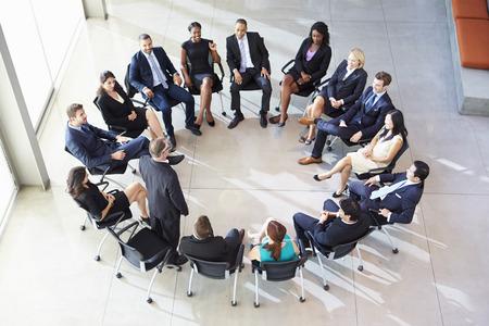 circulo de personas: Empresario Abordar Multi-Cultural Encuentro Personal Oficina