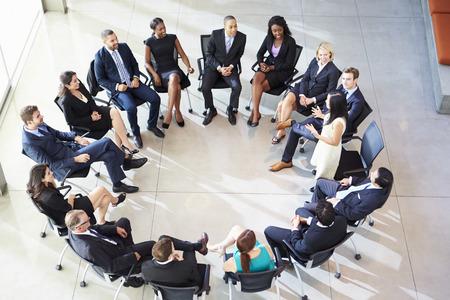 circulo de personas: Empresaria Abordar Multi-Cultural Encuentro Personal Oficina
