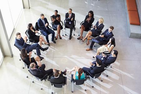 gestion empresarial: Multi-Cultural Personal de la Oficina aplaudiendo durante reunión