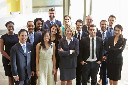 grote groep mensen: Portret van een multi-culturele Office Staff Standing In Lobby Stockfoto