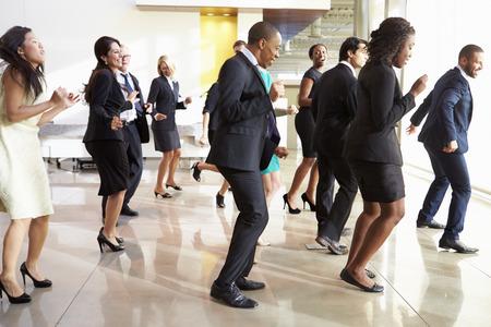 gente bailando: Empresarios y empresarias Dancing In Office Lobby Foto de archivo