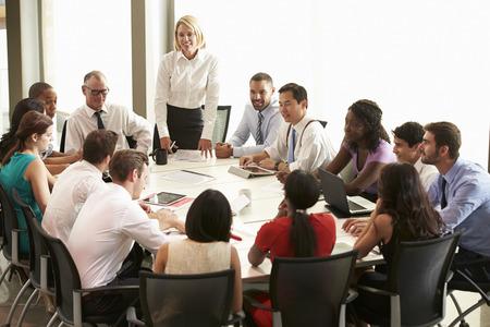 회의실 테이블 주위에 모임을 연상하는 사업가
