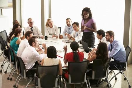 reuniones empresariales: Empresaria Abordar Reuni�n Alrededor de juntas Tabla Foto de archivo