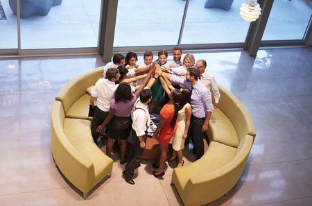 Les gens d'affaires donnant à chacun High Five Dans Office Lobby Banque d'images - 31047724