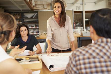 Female Boss führende Sitzung von Architekten sitzen am Tisch Standard-Bild