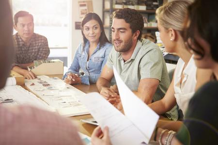 reunion de personas: Seis Arquitectos sentado en la mesa que tienen reunión