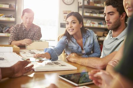 Pět Architekti seděli kolem stolu s setkání Reklamní fotografie