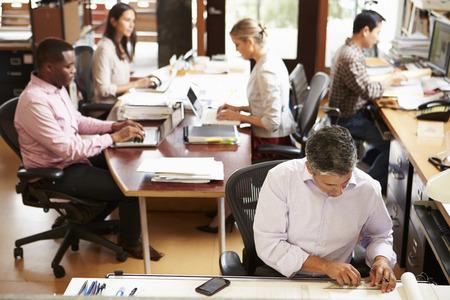 직원 작업으로 바쁜 건축가의 사무실의 인테리어 스톡 콘텐츠