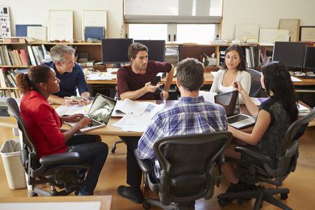 책상 주위에 건축가 회의의 그룹