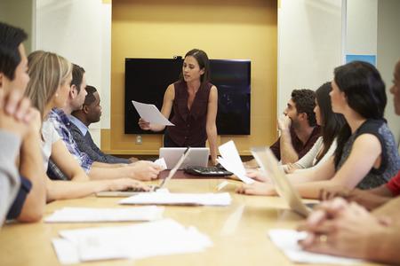female boss: Female Boss Adressierung Meeting Around Besprechungstisch
