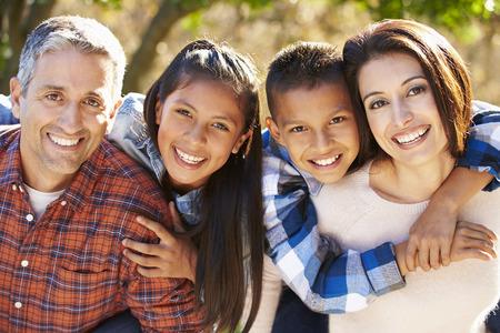 田舎でヒスパニック家族の肖像画