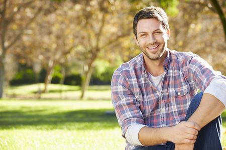 uomo felice: Ritratto Di Uomo In Campagna