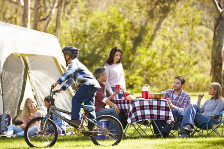 family picnic: Dos familias que disfrutan de vacaciones en camping en Campo