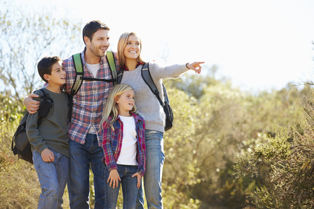 Senderismo Familia En Campo Usar Mochilas