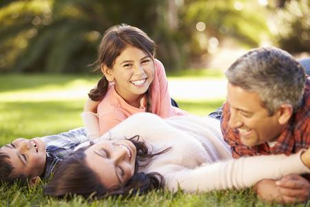 家族の田舎で草の上に横たわる