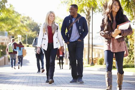 colegios: Estudiantes caminar al aire libre en el Campus de la Universidad