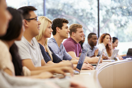 Klasse van de universitaire studenten met behulp van laptops In Lecture Stockfoto