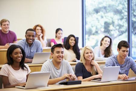 colegios: Estudiantes que usan las computadoras port�tiles y tabletas digitales en Conferencia Foto de archivo