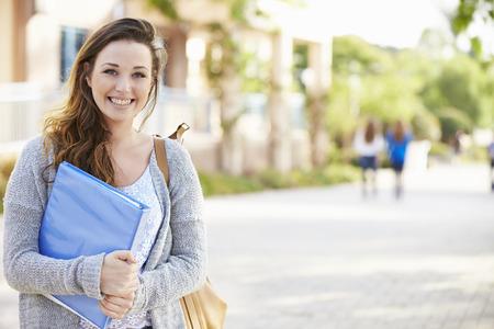 vysoká škola: Portrét ženy University Student venku na akademické půdě