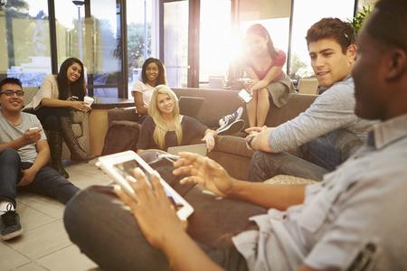 Grupa studentów szkół wyższych relaks w pokoju wspólnym Zdjęcie Seryjne