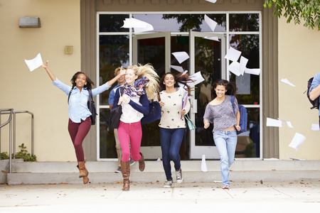Los alumnos de secundaria que celebran final del mandato Foto de archivo