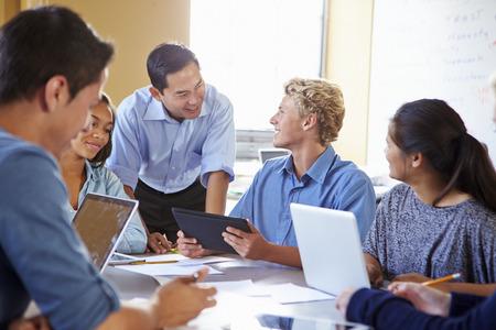 estudiantes de secundaria: Estudiantes de secundaria con el profesor en clase utilizando ordenadores port�tiles