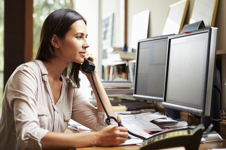 컴퓨터에 여성 건축가 작업에서 데스크