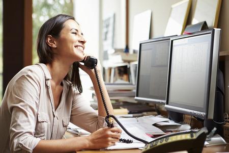 monitor de computadora: Mujer Arquitecto Trabaja En El Escritorio En El Ordenador Foto de archivo