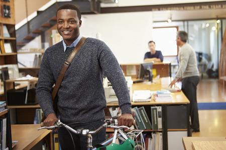 건축가 사무실을 통해 밀어 자전거에 직장에서 도착 스톡 콘텐츠