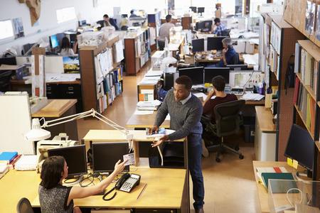 personas trabajando en oficina: Interior de la oficina del Arquitecto Busy Con trabajo de los servicios