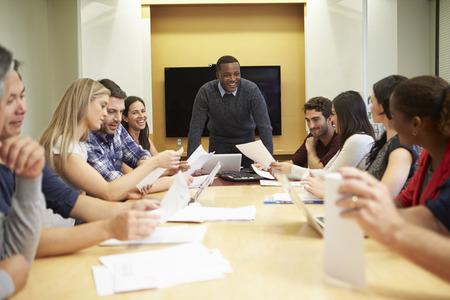 Homme réunion adressant Fondateur Autour Table de conférence